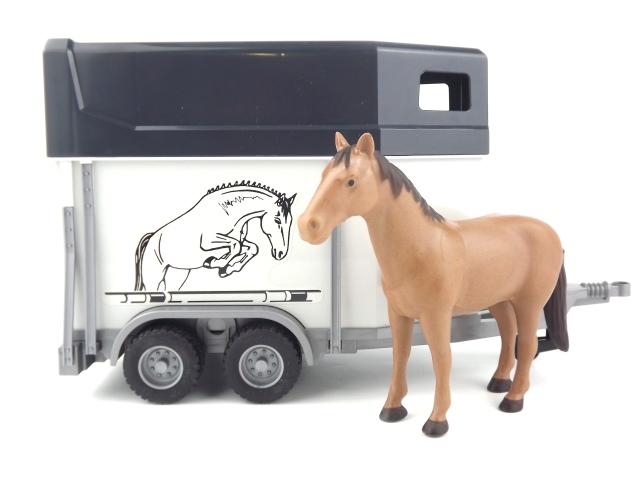 Bruder 2028 přepravník na koně